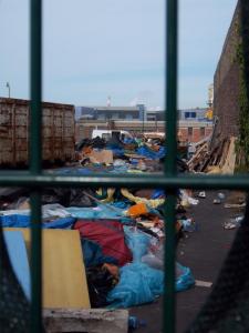 En fin d'après-midi du 02.07.2014, à Calais : le lieu de distribution des repas au moment où les services techniques municipaux interviennent. Crédits : Calais, ouverture et humanité